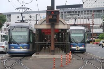 岡山の路面電車「岡電」と岡山城(吉備之国くまなく1)