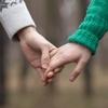 離婚と再婚が増えているのであって、初婚数は最盛期の半分に激減。
