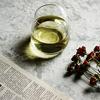 美しく光り輝く白ワイン