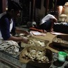 バリ・ヒンドゥー教のお供え物。米菓子を作るホストファミリー(ウブド・インドネシア