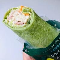 野菜不足を手軽においしく解決!ファミマの「ラップスティックサラダチキンとベーコン」