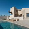 幾何学的なボリューム感で圧倒的な存在感を誇示する'感覚的なギリシャの単独住宅'を紹介します。