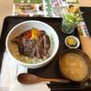 横浜市役所内のラクシスフロントのTSUBAKI食堂でステーキ丼定食