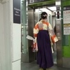 袴姿の女の子を追うストーカー