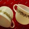 オールドパイレックス (PYREX) のカップを2点紹介。緑色のスプリングブロッサム柄がかわいいです