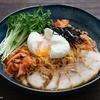 ピリ辛の冷たい韓国料理、ビビン麺のレシピ