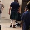 スカートをはいた男性集団の正体は