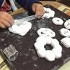 粘土でドーナツ作り。