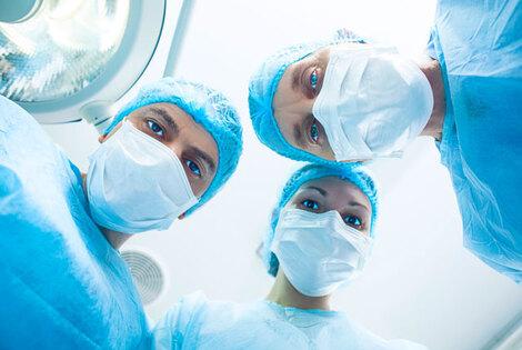 脳腫瘍の手術を短くする新技術、レーザー光を使って手術室内の検査を実現