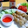 【今日の食卓】ルークチン・ガイ(鶏肉団子)を焼いたもの。つくねみたいだけど、甘さはあまりない。イオンのスイートチリソースはなかなか。 Luk chin gai. #タイ料理