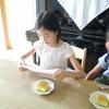 みんなで テーブルを囲んで、娘の 小さな誕生会