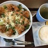 から揚げ丼とカフェラテ   (@ アーバングローブカフェ in 豊島区, 東京都)