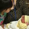 帝王切開後、家族と赤ちゃんの初対面。初めての授乳は産まれた当日でした。