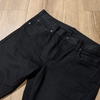 ユニクロのブラックジーンズはどれがいいのか。定番のセルビッジからEZYジーンズまで3本比較。