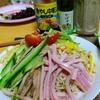 【今日の食卓】冷やし中華。定番のミツカンのたれ使用。初めて生の極細麺を使うように言ったら大当たりで汁がなじんで笑ってしまうくらい美味しい。タイの米粉麺でいうところのセンミー(線麺?)が一番なことを、サルちゃんもやっとわかった様子。 Cool noodle with sen mee. Oishii. #冷やし中華 #ラーメン  #食探三昧