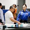 米国の空港の手荷物検査で、食物を別のトレーに入れることに