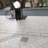 大阪茶屋町エリア、アプローズ周辺で、警備員さんが放置自転車にタグをつけている、ただそれだけの画像。