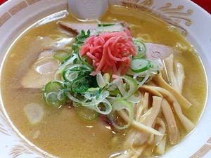 下北沢で人気の老舗ラーメン店「一龍」のゴールデン中華そば!黄金色に輝く豚骨醤油スープと中太縮れ麺の組み合わせがもうたまらん