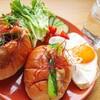 オイスターソース香る!豚バラと小松菜のロールパンサンドの作り方【レシピ】