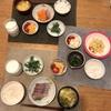 ごはん、お刺身、タラモサラダとミニトマト、ほうれん草のお浸しマヨ、キャベツのかきたま味噌汁