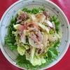 スウィートチリソースとポン酢を合わせたら、アジアンテイストのサラダの出来上がり!「牛肉と香味野菜のスウィートチリサラダ」