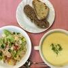 冷たいコーンスープとサラダのランチ