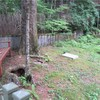 お墓の前の家