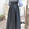 シャーリングウエストのロングスカート。