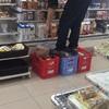 【モラル】ファミマに批判殺到!店員が食品コンテナに土足で上る