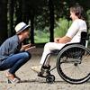作業療法士は知っておきたい片麻痺患者さんのフットレストの足の上げ下ろしは非麻痺側から丁寧に支援するとよい件