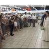 イスラエル人はこの時期、敢えてスーパーマーケットで結婚式!