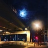 青い月に赤い信号、オレンジの外灯。