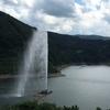 月山湖大噴水と左沢楯山城址公園 日本一公園からの眺め