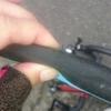 タイヤに刺さったガラス片に御用心!! サイクリング前にタイヤの異物を取り除く(^^♪