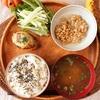 朝食ワンプレート、鶏肉ときのこのグラタンコロッケ、しじみのみそ汁、水菜サラダ、小粒納豆