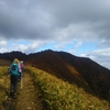 紅葉を見下ろす三山縦走。