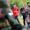 不法移民の子供を親から引き離すことに米国民66%が反対