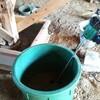柱の礎石を固定する作業