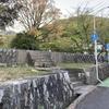 墓地の外の碑