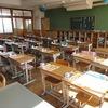 5年生:子どもを待つ教室と机の上の配布物