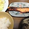 鮭の西京味噌漬け、きのこと豆腐のお味噌汁、キャベツぽん酢