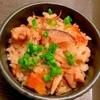 鶏手羽トロ肉と根菜の中華風旨辛炊き込みご飯