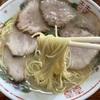 福岡県糟屋郡粕屋町、長浜一番 味のまんぷくでチャーシュー麺と「しそ焼めし」に舌鼓を打つおじさん。【長浜ラーメン】