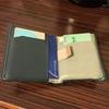 女ですがBellroyの財布を使っています。薄くてコンパクトなので楽チンです