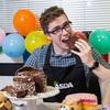 ケーキを食べるのが仕事という世界一幸せな青年