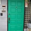 玄関ドアにディズニーの鋳物レリーフの取り付け