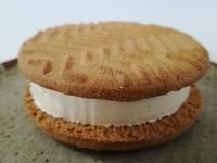 セブンの「バターが贅沢に香るクッキーサンド」のクッキーが全力で美味しい。もっと美味しくなって復活!!!