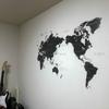 世界地図のウォールステッカーを貼って、部屋の壁をリフォーム