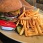 【tavern on S <és>】牛100%ミディアムレアのハンバーガー♪【新宿】