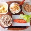 焼き鮭、小粒納豆、バナナヨーグルト、りんご。
